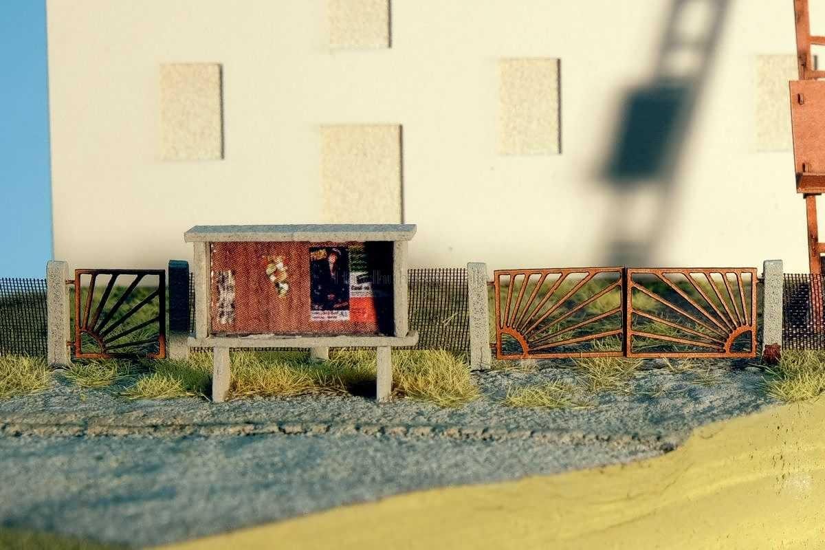 Diorama mit Sonnenpforte, Anschlagkasten bzw. Schwarzem Brett in 1:120 / TT