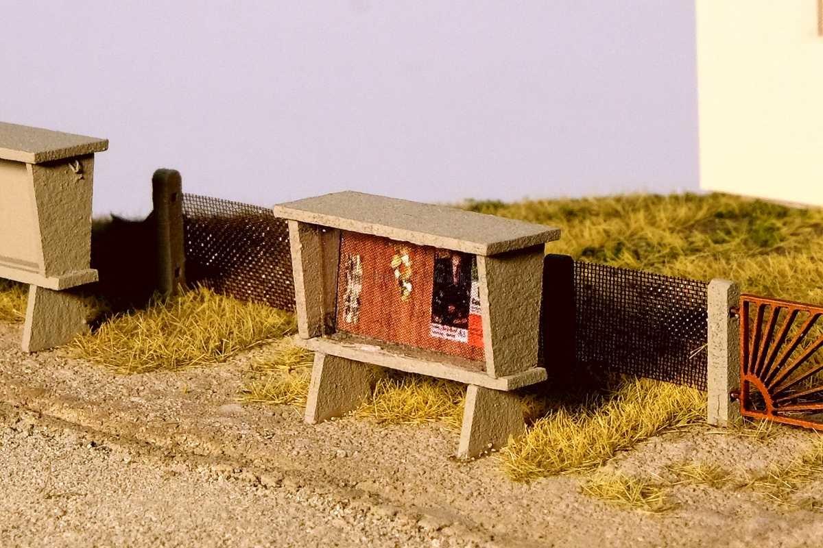 Diorama mit Anschlagkasten / schwarzem Brett und Sonnenpforte in 1:120 / TT