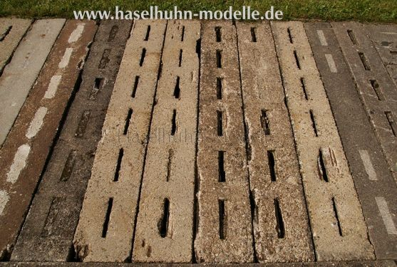 im Bahnhof Schönheide Süd sind die Laufsteg-Platten über Kabelkanälen verlegt