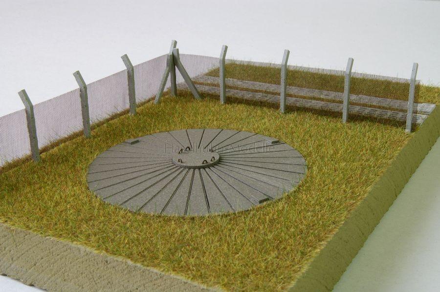 H0-Diorama mit Klärgrube, Sicherheitszaun und Kolonnenweg
