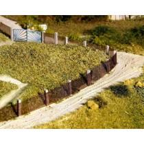 Gartenzaun mit Betonpfosten und Maschendraht